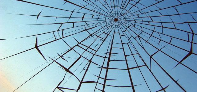 Poškození skleněné výplně v nemocnici