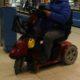 Senior se dostal do problému, když se mu vybil jeho vozík, pomohli strážníci
